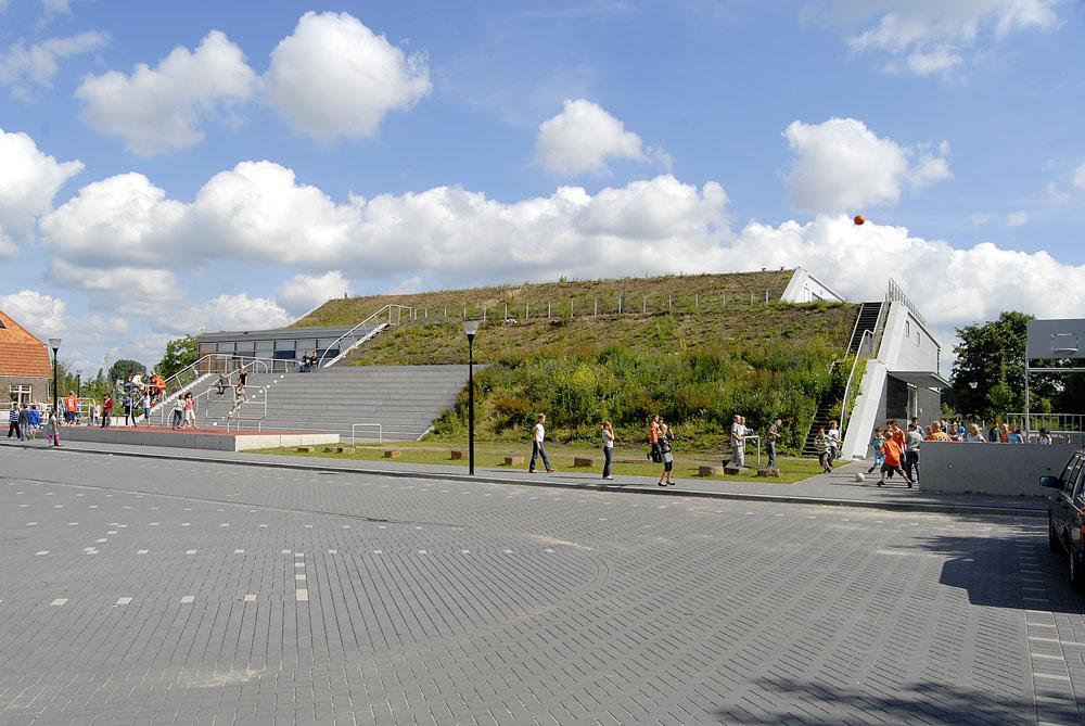 במקום פארק, תושבי העיר ההולנדית ארנם קיבלו בית ספר (שוב, תכנון של הרצברגר). החזית היא גבעה ירוקה שמשמשת גינה לכולם, ואילו הכיתות יכולות להתכווץ ולהתרחב לפי הצורך (צילום: http://www.ahh.nl)