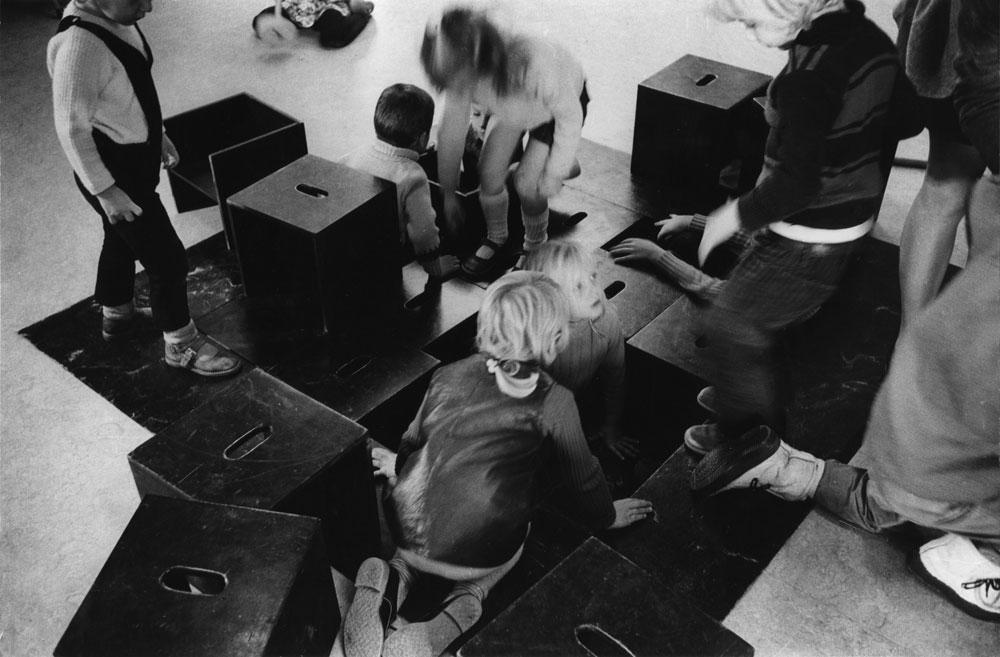 בית הספר מונטסורי בדלפט, שנחנך ב-1966 בתכנונו של הרצברגר. מתנגד להגבלת החופש של התלמידים ואינו מתרגש מהאפשרות שיהיה ונדליזם (צילום: Johan van der Keuken)