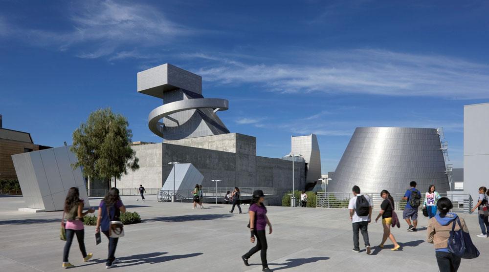 תיכון 9 לאמנויות בלוס אנג'לס. הכסף מדבר כאן: בית הספר הזה, שנמצא בשדרת גראנד, עלה כמעט 172 מיליון דולר. תכנון: Coop Himmelb(l)au   (צילום: Duccio Malagamba)