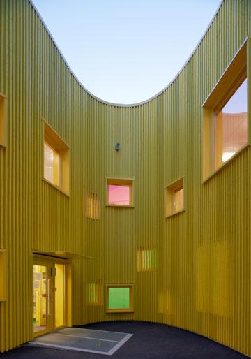 גן הילדים טלוס בשטוקהולם. עמעום ההפרדה בין חוץ לפנים (צילום: Ake E:son Lindman)