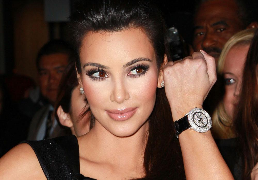 קים קרדשיאן עם שעון מתוך הקולקציה שעיצבה (צילום: gettyimages)