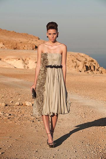 מיכל מוטיל. הציגה שמלות בעיצובה בחנות בדים (צילום: חפצי אלגר)