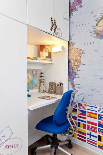 הייעוד של חלקו התחתון של הארון של מריאן שונה - ונבנה מדף גדול המשמש כשולחן כתיבה (צילום: בועז לביא)