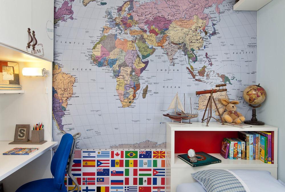חדרו של מריאן לאחר העיצוב המחודש. בהשראת מסעות בעולם ומשלב פתרונות פונקציונאליים לאסחון, כמו ראש מיטה עם תאים (צילום: בועז לביא)
