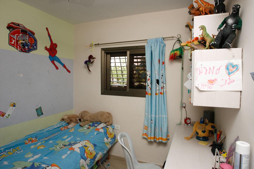 החדר של מריאן, לפני העיצוב המחודש. אלמנטים ילדותיים וצבעוניות שמקטינה את החלל הקטן ממילא (צילום: נעם עופרן)