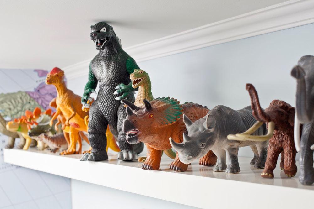 אוסף החיות של מריאן זכה לחיים חדשים בזכות מדף ארוך מעל החלון, שאינו תופס מקום (צילום: בועז לביא)