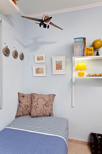 הקירות נצבעו בגוון תכלת אחיד כדי לתת תחושת מרחב (צילום: בועז לביא)