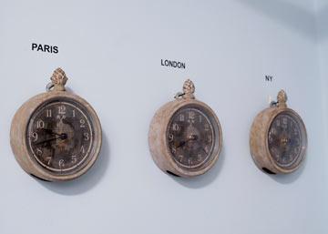 שלושה שעונים קטנטנים בחדרו של מריאו, המראים את השעה בשלוש בירות בעולם (צילום: בועז לביא)