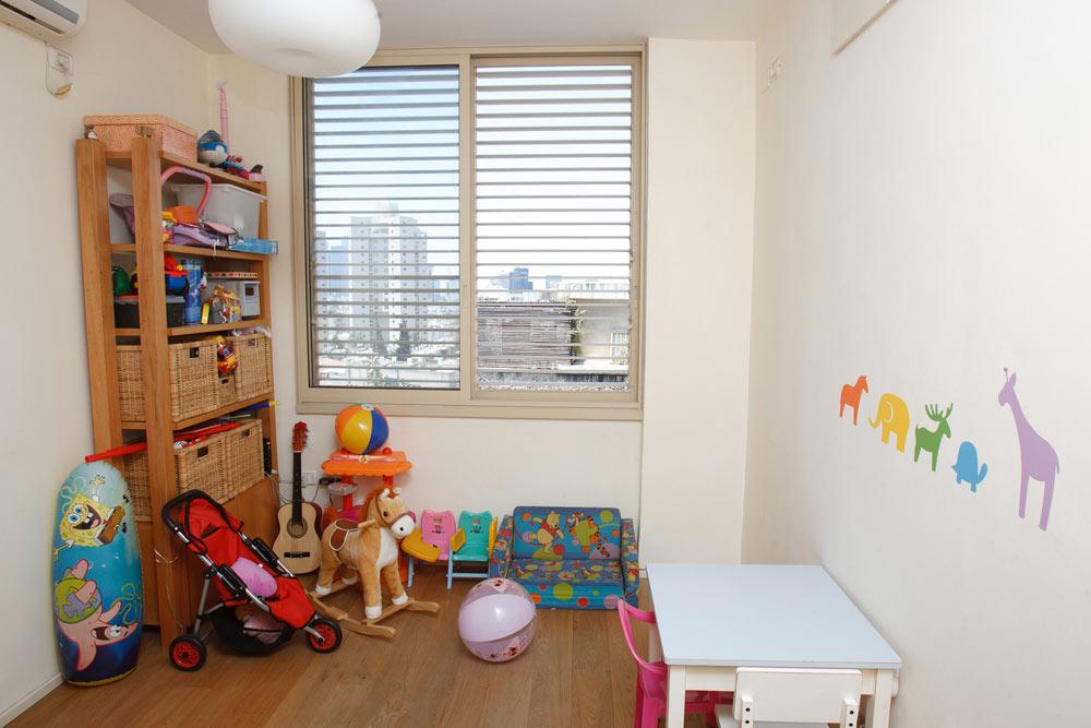 החדר של עלמה, לפני העיצוב. החדר שימש גם כחדר משחקים, הארון כהה מדי ובגוון מיושן (צילום: נעם עופרן)
