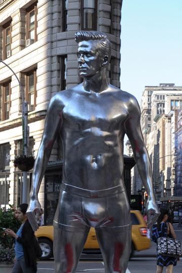 פסל בגובה שלושה מטרים. דיוויד בקהאם מברונזה (צילום: gettyimages)
