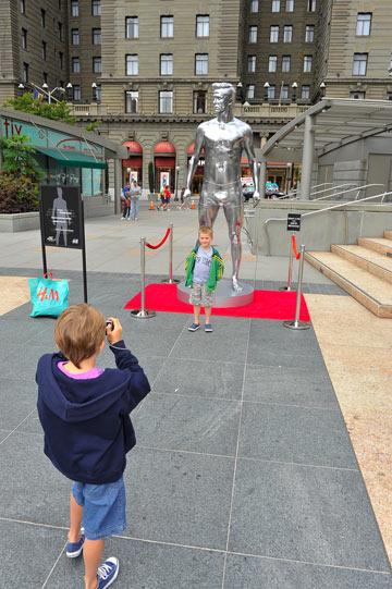 הפסל של דיוויד בקהאם. ב-H&M טוענים כי מדובר בסוג של פעילות חברתית (צילום: gettyimages)