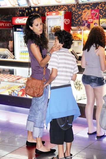 """"""" לא קל להיות אם חד הורית"""". עם בנה תומר (צילום: ניר פקין)"""