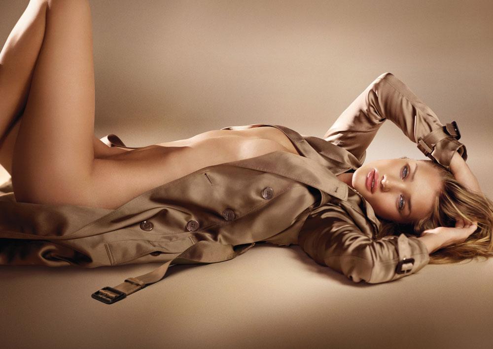 רוזי הנטינגטון וויטלי בקמפיין הבושם Body של ברברי. לא מתביישת להתפשט