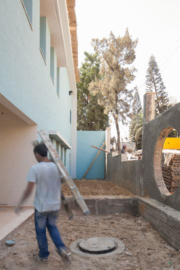 עושים מאמץ לסיים את הבנייה בגן הילדים בגבעתיים, השבוע (צילום: טל ניסים)