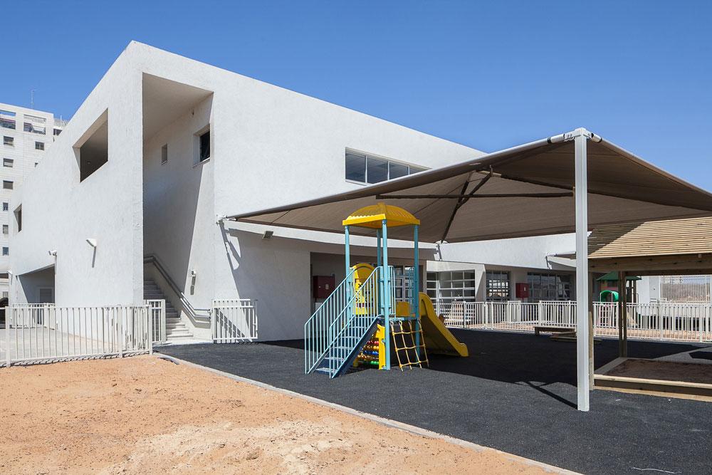 גן טרכטנברג הראשון: בניין הקומתיים (נדיר שגן ילדים אינו בן קומה אחת, ובעירייה חששו) בנתניה, בתכנון גוטמן-אסיף. בדקה התשעים הפכו מעונות היום את ייעודם (צילום: טל ניסים)