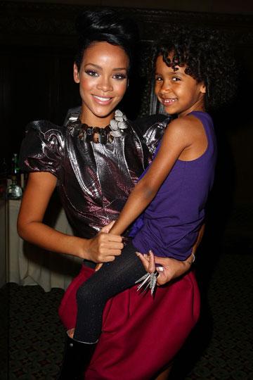 ריהאנה עם טבעת עצומה של Noir (צילום: gettyimages)