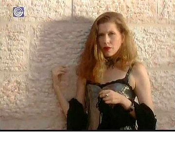 קרן מור ב''החמישייה הקאמרית''. ''כשהייתי צעירה יצאתי מהבית עם פלטה של צבעים על הפרצוף'' (צילום: ערוץ 1)