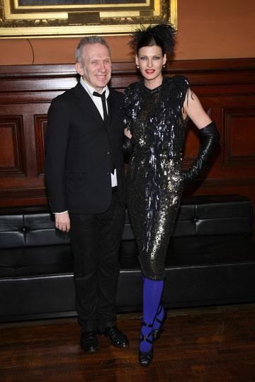 לינדה אוונג'ליסטה עם מעצב האופנה ז'אן פול גוטייה (צילום: gettymages)