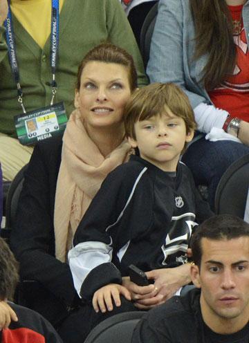 לינדה אוונג'ליסטה בבילוי משפחתי עם בנה (צילום: gettymages)