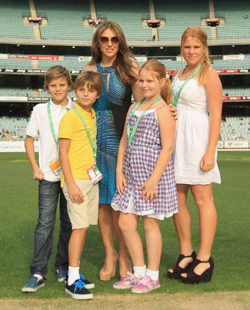 אליזבת הארלי עם בנה, בנותיו של שיין וורן וחבר נוסף (צילום: gettymages)
