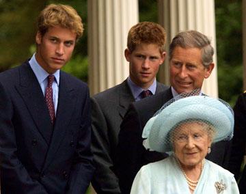 אבא עושה בושות. וגם הבן. המלכה אליזבת', הנסיך צ'ארלס, הנסיך הארי והנסיך וויליאם, כשכולם עוד חשבו שצ'ארלס הוא הפדחן הגדול בממלכה (צילום: gettyimages)