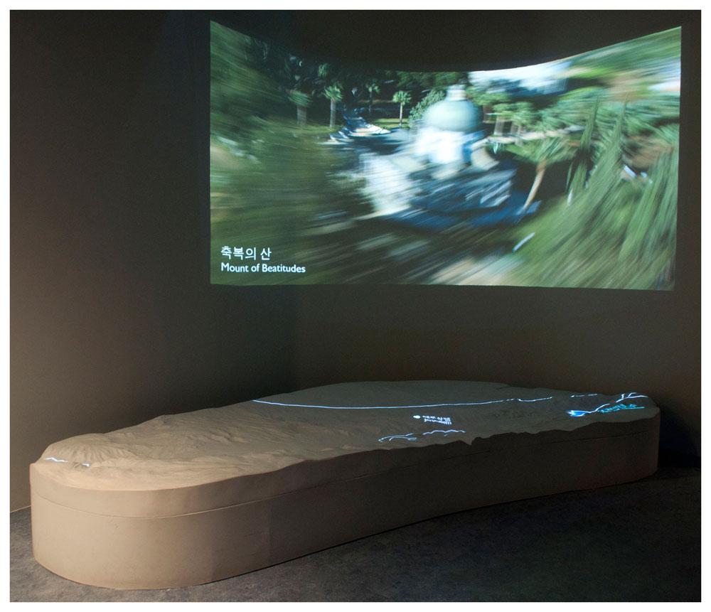 סינכרון בין הסרט המוקרן לאנימציה המוקרנת על המודל איפשר למבקרים לעקוב אחר מיקום אתרים בארץ (צילום: hyuli)