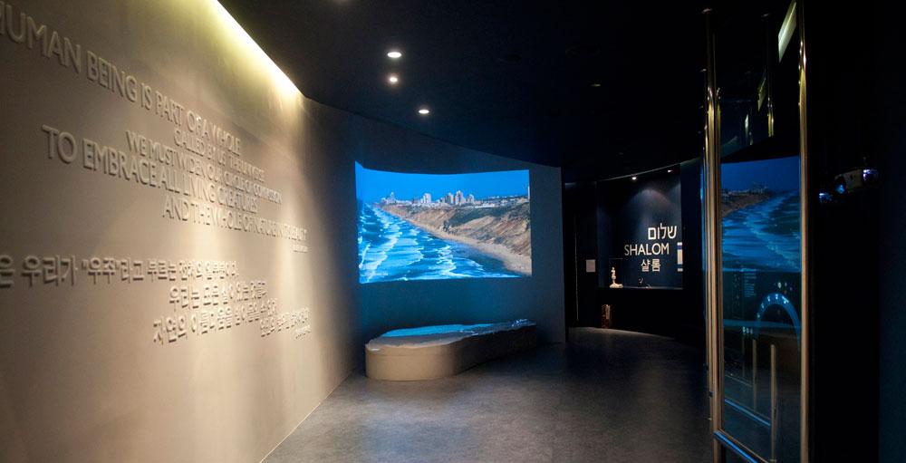 החלל השלישי, שהוקדש להצגת מידע למבקר. מימין, לוחות זכוכית אינטראקטיביים, וממול מודל טופוגרפי תלת-ממדי של הארץ (צילום: hyuli)