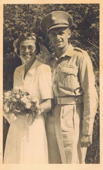 גוסטי (גילה) גולדברג ומנחם גלעד (מנצלס), 1943, תל אביב. החתן במדי הצבא הבריטי (צילום: גילה גולדברג ומנחם גלעד מנצלס)