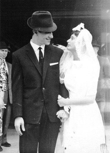 רותי ומשה פרג, 1965, לונדון. הכלה בשמלת משכית שנשלחה במיוחד מישראל לאנגליה  (צילום: רותי ומשה פרג)