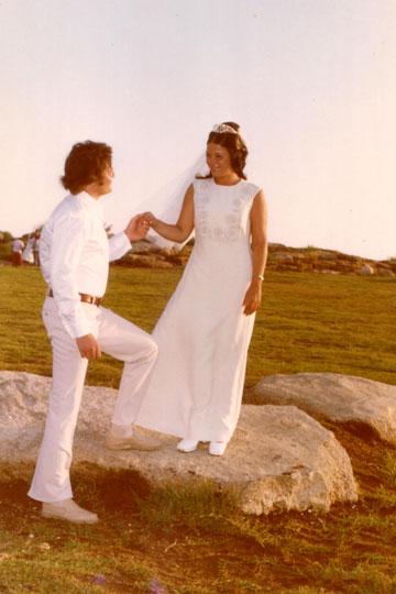רונית ומשה כנף, 1973, גבעתיים. הכלה בשמלת משכית (צילום: רונית ומשה כנף)