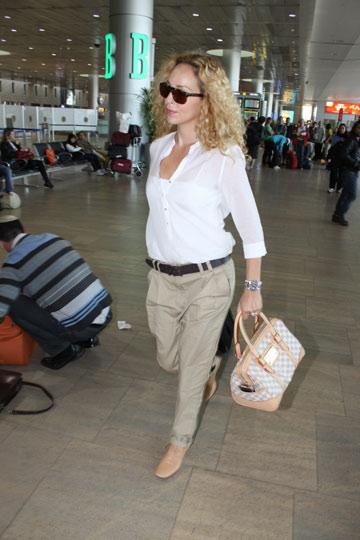 מירי בוהדנה. משקיעה במיוחד להיראות אלגנטית בשדה התעופה (צילום: ניר פקין)