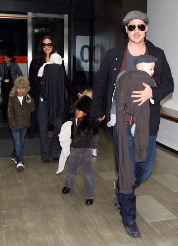 בראד פיט, אנג'לינה ג'ולי והילדים בשדה התעופה. משאירים את הבגדים היפים לשטיח האדום (צילום: gettyimages)