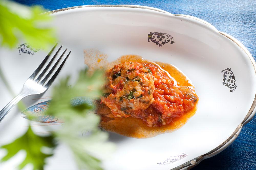 קציצות דגים ברוטב עגבניות (צילום: דן חיימוביץ'; כלים באדיבות ''ארטמיס'', קיבוץ מעברות)