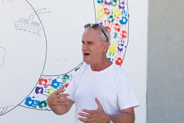 מעודדים את התלמידים לצייר על הקיר הזה. המנהל אהרן רוטשטיין מתלהב (צילום: אביעד בר נס)
