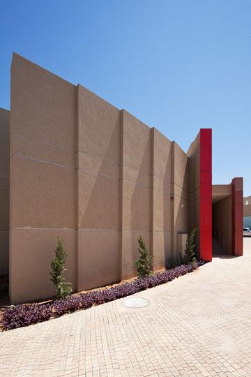 מתחת לצבע: עובי הקירות (צילום: אביעד בר נס)