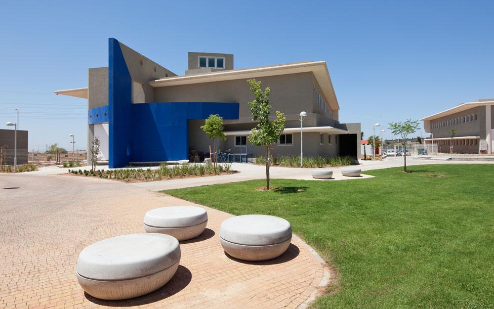אחד הפרויקטים האחרונים: עיצוב הנוף בבית הספר האזורי ''שער הנגב'' בקרית החינוך ספיר בנגב המערבי (צילום: אביעד בר נס)