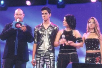 השלישייה המובילה. מימין לשמאל: שירי מימון, נינט טייב, שי גבסו עם המנחה צביקה הדר (צילום: שרון בק )