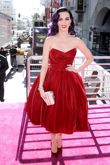 קייטי פרי בשמלת קטיפה אדומה של דולצ'ה & גבאנה (צילום: gettyimages)