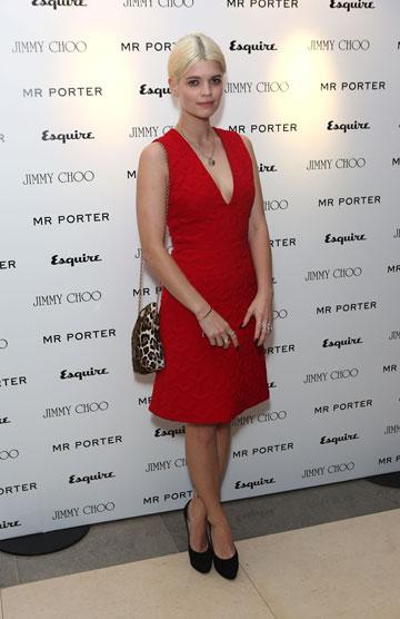 גם בשמלה אדומה ותיק מנומר, פיקסי גלדוף מצליחה להיראות ילדותית (צילום: gettyimages)