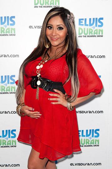 סנוקי. שמלה אדומה גם בהיריון מתקדם (צילום: gettyimages)