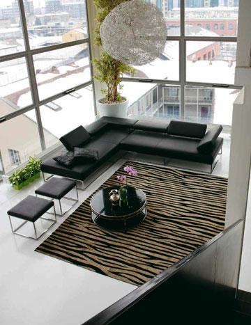 ספות נוחות ושילוב של שטיח פסים מונוכרומטי