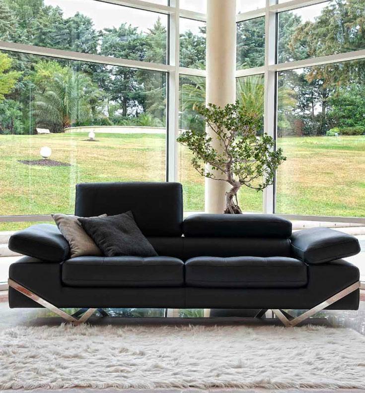 סלון עם קיר שלם עשוי זכוכית, במראה מודרני