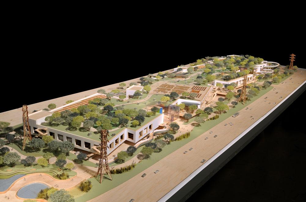 המודל שאותו הציג פרנק גרי, האדריכל האמריקאי המפורסם מכולם, למייסד ''פייסבוק'' מארק צוקרברג ואנשיו. האנגר בן קומה אחת, שמורם ''על קביים'' ומעליו גג ירוק (צילום: Frank Gehry/Gehry Partners)