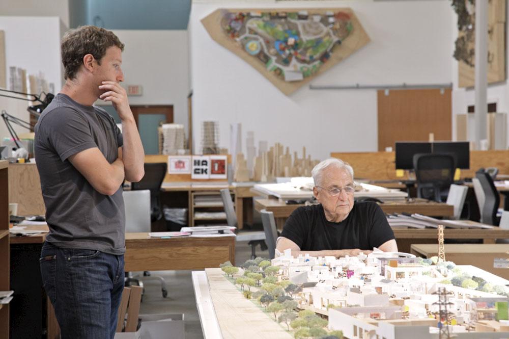 הפרזנטציה. צוקרברג ביקש מגרי לעבוד בחדר אחד עם כל מהנדסי התוכנה, כך שהחלל המתמשך יכלול את כולם. התוצאה: 40 דונם (פעמיים כיכר רבין) (צילום: Everett Katigbak, Facebook)
