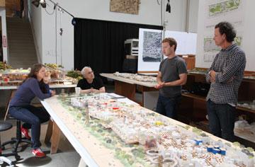 יש לקוות שהמהנדסים ימצאו את הדרך לשולחן שלהם, כי הכל ייראה אותו דבר בהאנגר הענקי (צילום: Everett Katigbak, Facebook)