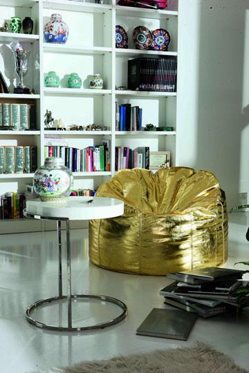 כורסאות בצבע נועז ושולחן קפה נמוך