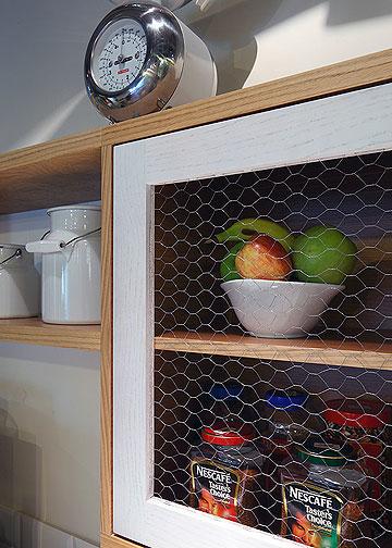 ארונות המטבח מחופים ברשתות של לולים (צילום: עוזי פורת)