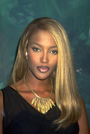 זוכרים שהיא היתה בלונדינית? נעמי קמפבל, 1999 (צילום: gettyimages)