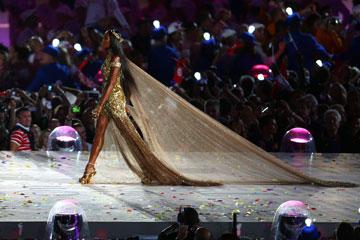 נעמי קמפבל מדגמנת בטקס הסיום של אולימפיאדת לונדון 2012 (צילום: gettyimages)