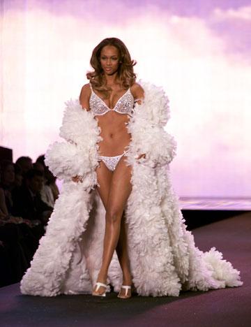טיירה בנקס בתצוגת האופנה של ויקטוריה'ס סיקרט, 2000 (צילום: gettyimages)